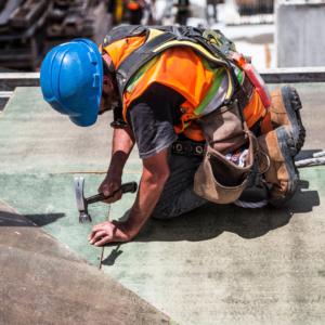 Techista constructor arreglando techos o tejados